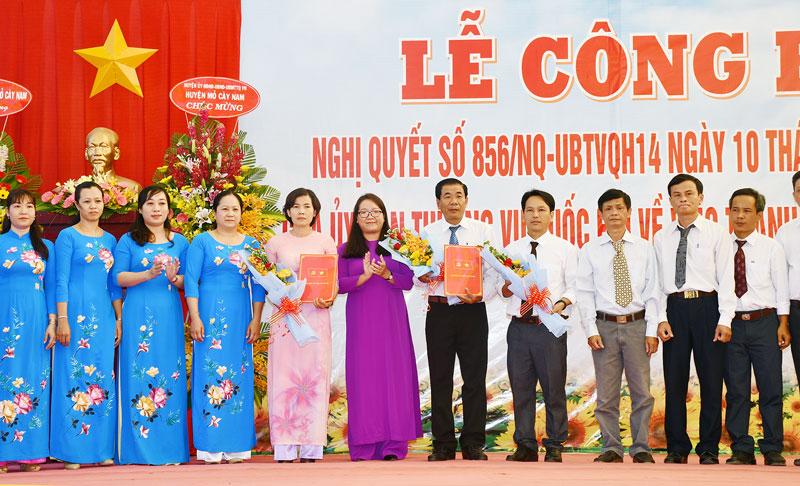 Bí thư Huyện ủy Nguyễn Thị Hồng Nhung trao quyết định kiện toàn tổ chức, bộ máy Đảng ủy xã Bình Khánh.