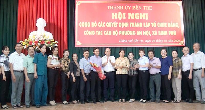 Ông Nguyễn Văn Tuấn - Bí thư Thành ủy tặng hoa chúc mừng Ban Chấp hành Đảng bộ Phường An Hội