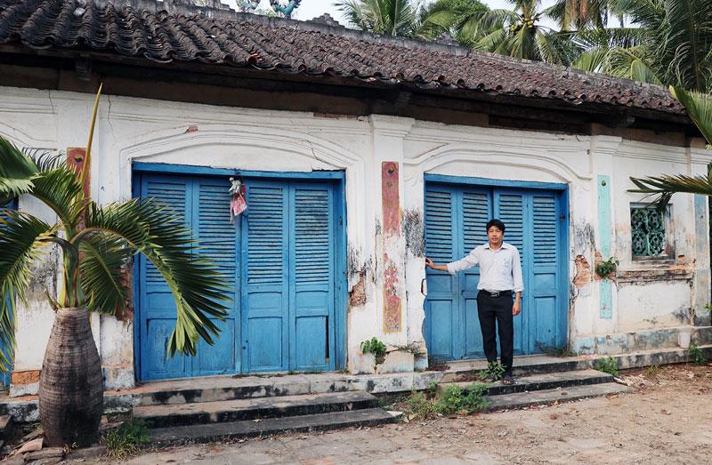Ngôi đình Thành Hóa, xã Tân Thành Bình, huyện Mỏ Cày Bắc hư hỏng cả bên trong lẫn bên ngoài.