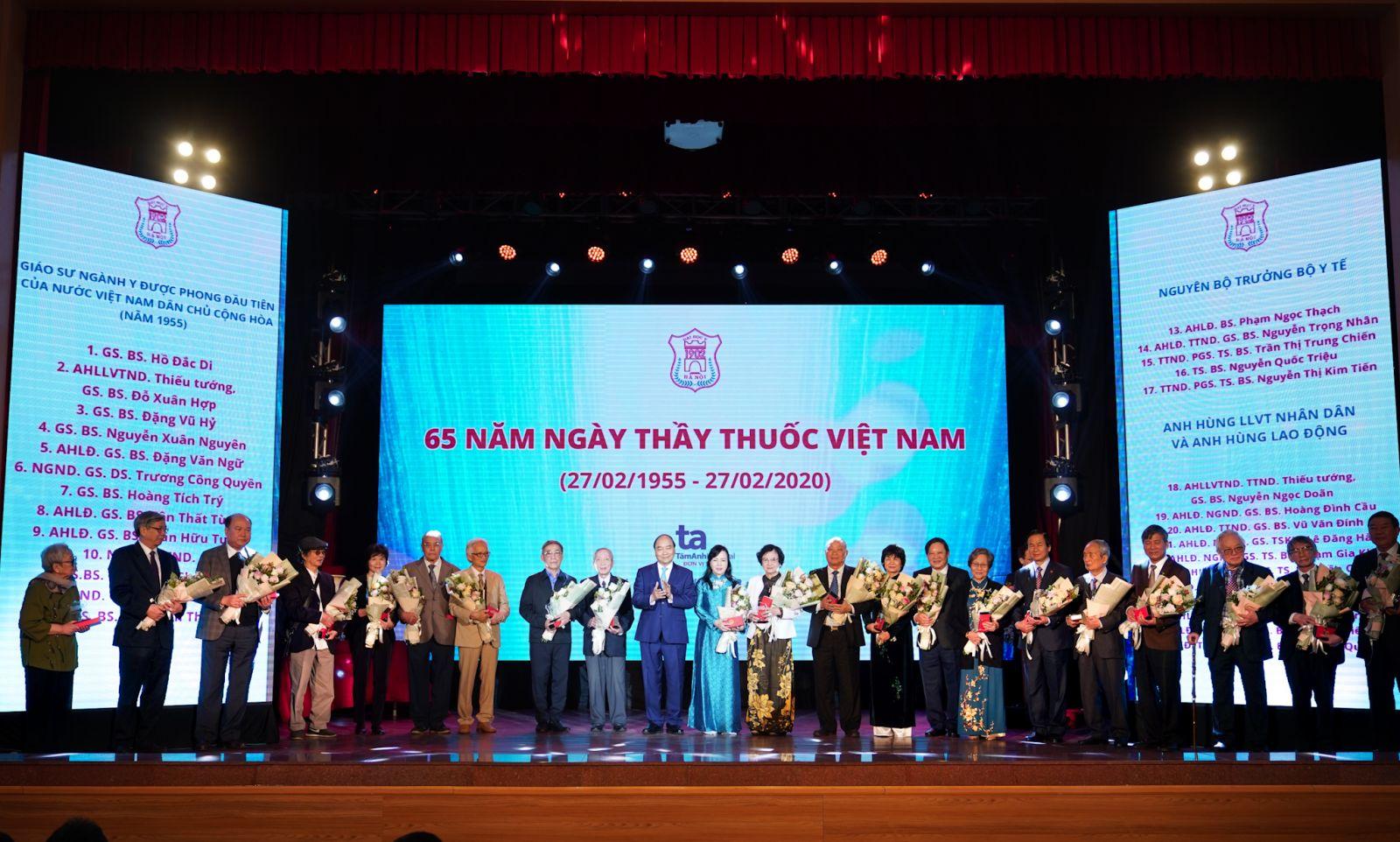 Thủ tướng tặng và truy tặng kỷ niệm chương cho các Giáo sư, Phó Giáo sư, Tiến sĩ trong ngành y tế. Ảnh: VGP/Quang Hiếu