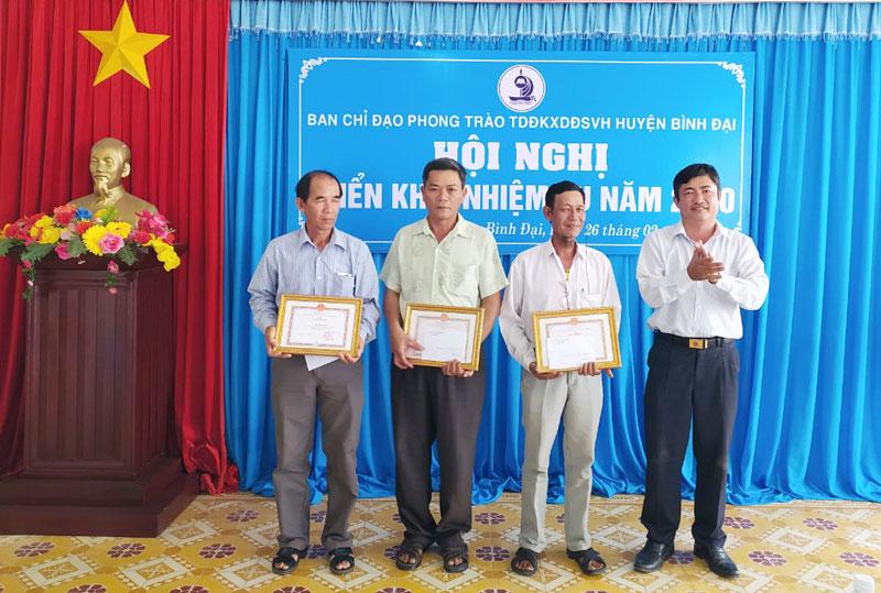 Phó chủ tịch UBND huyện Phạm Hữu Toại, trao giấy khen cho 3 ấp đạt danh hiệu ấp văn hóa tiêu biểu năm 2019