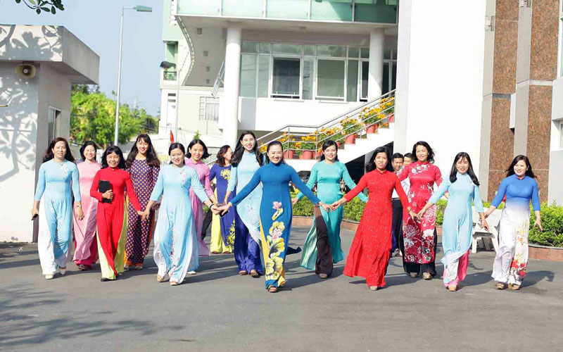 Cán bộ Hội Liên hiệp Phụ nữ tỉnh với trang phục áo dài ngày đầu tuần. Ảnh: CTV