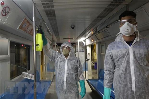 Phun thuốc khử trùng một tàu điện ngầm ở Tehran, Iran ngày 26-2-2020 nhằm ngăn chặn sự lây lan của dịch COVID-19. (Nguồn: AFP/TTXVN)
