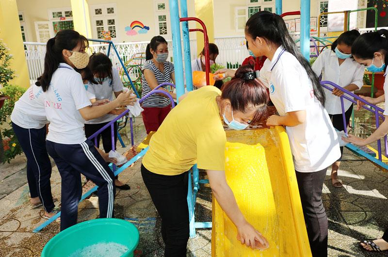 Vệ sinh trường lớp chuẩn bị đón học sinh trở lại trường.