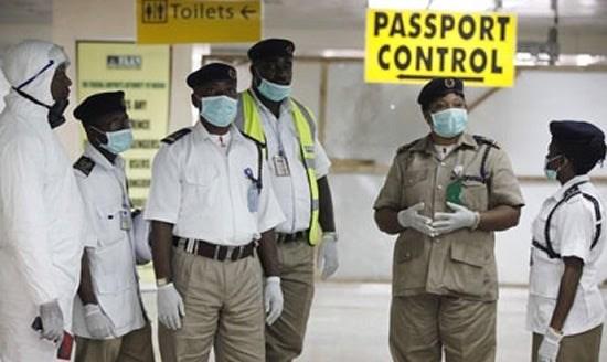 Kiểm tra y tế tại một sân bay của Nigeria. (Ảnh: Punch Newspaper)
