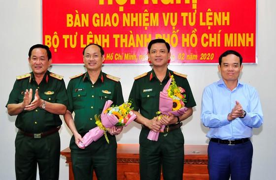 Trung tướng Võ Minh Lương và Phó Bí thư thường trực Thành ủy TPHCM Trần Lưu Quang chúc mừng 2 Thiếu tướng nhận nhiệm vụ mới