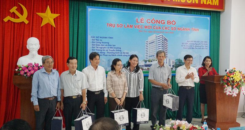Lãnh đạo Công ty điện lực Bến Tre trao quà cho đại diện các sở ngành tỉnh đóng tại trụ sở mới.