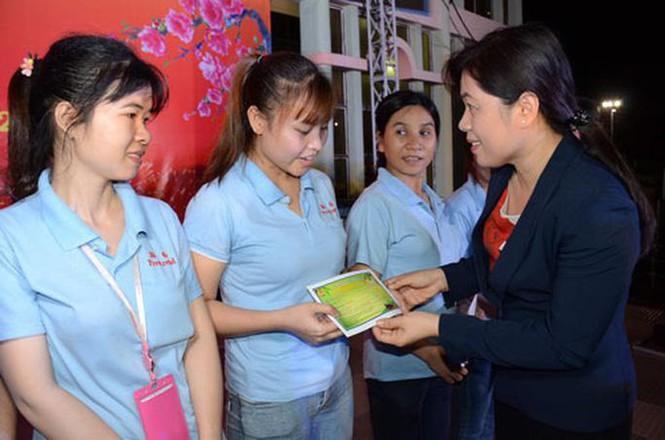 Bà Nguyễn Trần Phượng Trân trao tặng vé xe Tết cho công nhân có hoàn cảnh khó khăn