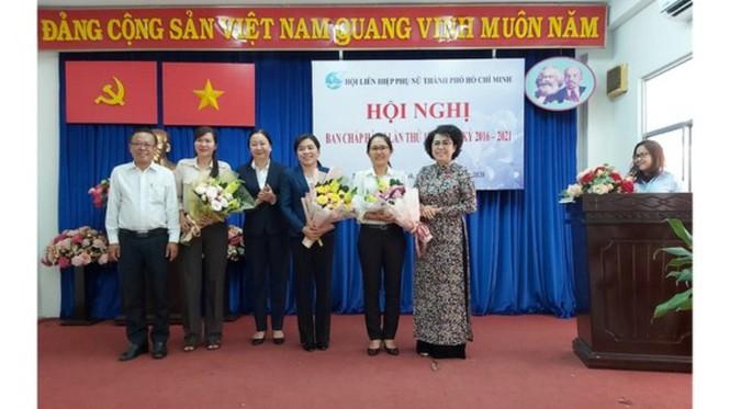 Tân Chủ tịch Hội LHPN TPHCM Nguyễn Trần Phượng Trân (thứ 3 từ phải sang)
