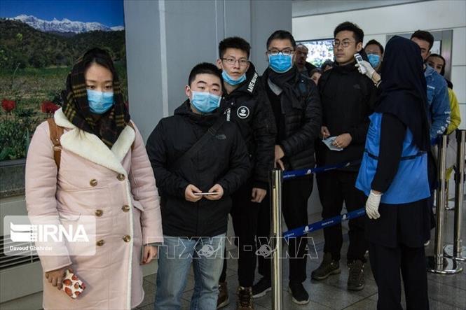 Người dân đeo khẩu trang để phòng tránh lây nhiễm COVID-19 tại Tehran, Iran. Ảnh: IRNA/TTXVN