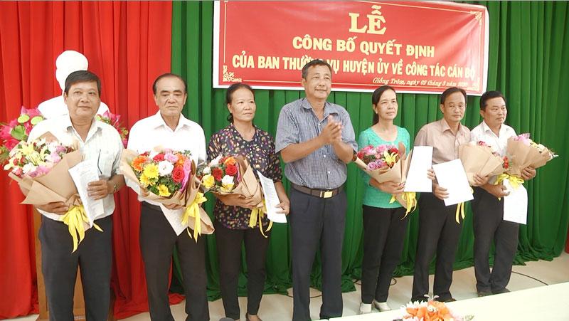 Phó bí thư Thường trực Huyện ủy Nguyễn Văn Bé Sáu trao Quyết định điều động cán bộ