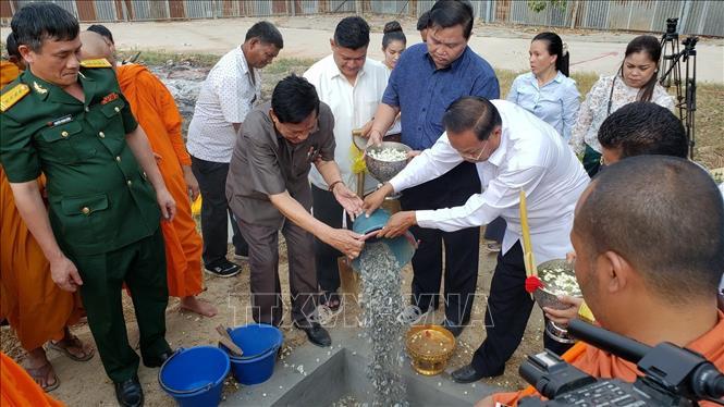 Lễ đặt chuông theo phong tục Campuchia. Ảnh: Hùng Vũ - p/v TTXVN tại Campuchia