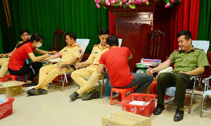 Đoàn viên, thanh niên Công an tỉnh tham gia hiến máu. Ảnh: Minh Thắm