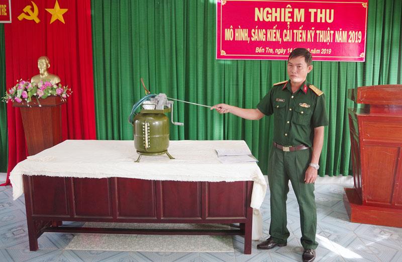 Thiếu tá Trần Văn Lam - Trưởng trạm sửa chữa Phòng Kỹ thuật thông qua sáng kiến trước Hội đồng nghiệm thu. Ảnh: Đặng Thạch