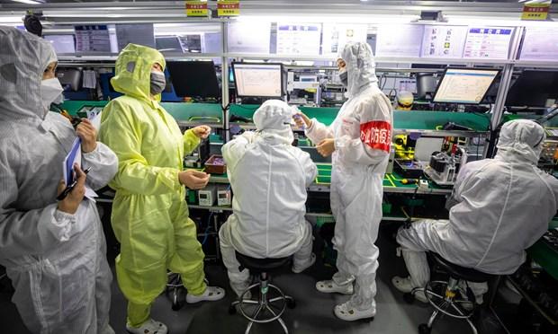 Các nhân viên an ninh tự kiểm tra y tế cho nhau ở Thâm Quyến, Trung Quốc. (Nguồn: EPA)