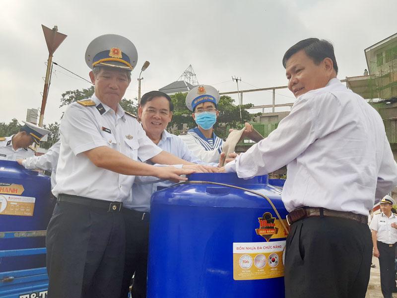 Phó bí thư Thường trực Tỉnh ủy Trần Ngọc Tam, Phó chủ tịch UBND tỉnh Nguyễn Hữu Lập tham gia lễ phát động.