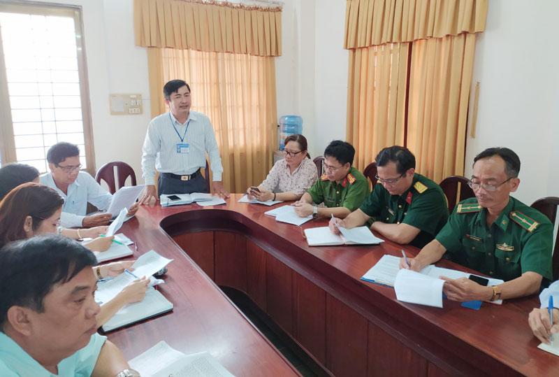 Phó chủ tịch UBND huyện Phạm Hữu Toại phát biểu chỉ đạo tại cuộc họp.