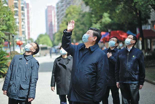 Chủ tịch Trung Quốc Tập Cận Bình thăm hỏi người dân khi tới thăm thành phố Vũ Hán ngày 10-3-2020 (Nguồn: THX)