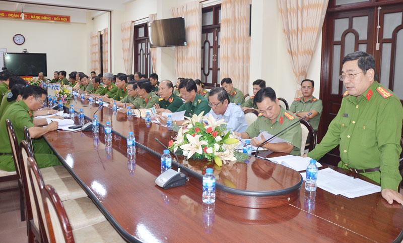 Đại tá Lê Văn Hòa - Phó giám đốc Công an tỉnh phát biểu tại hội nghị.
