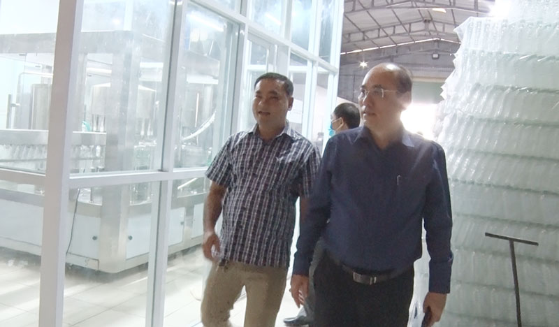 Bí thư Thành ủy - Nguyễn Văn Tuấn khảo sát tình hình sản xuất tại cơ sở sản xuất nước Xuân An.