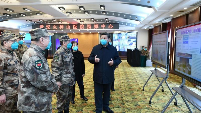 Chủ tịch Trung Quốc Tập Cận Bình gặp các nhân viên y tế tại bệnh viện Hỏa Thần San, Vũ Hán, Hồ Bắc, ngày 10-3-2020. Ảnh: Reuters