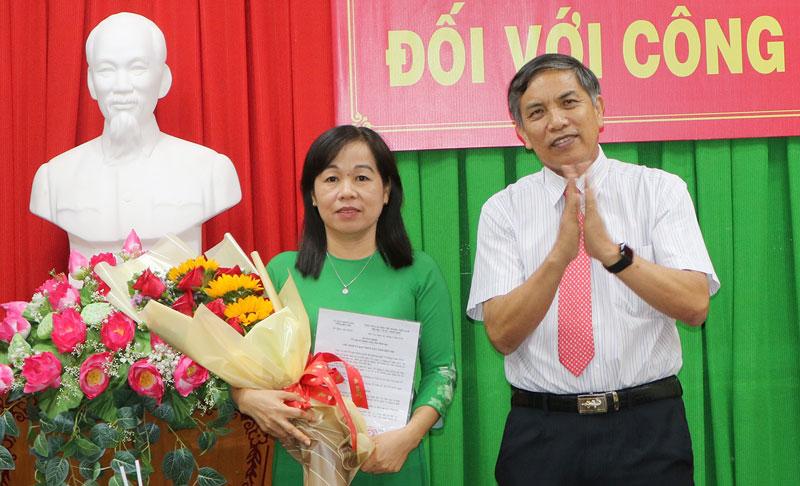 Chủ tịch UBND tỉnh Cao Văn Trọng trao quyết định bà La Thị Thúy làm Giám đốc Sở Giáo dục và Đào tạo.