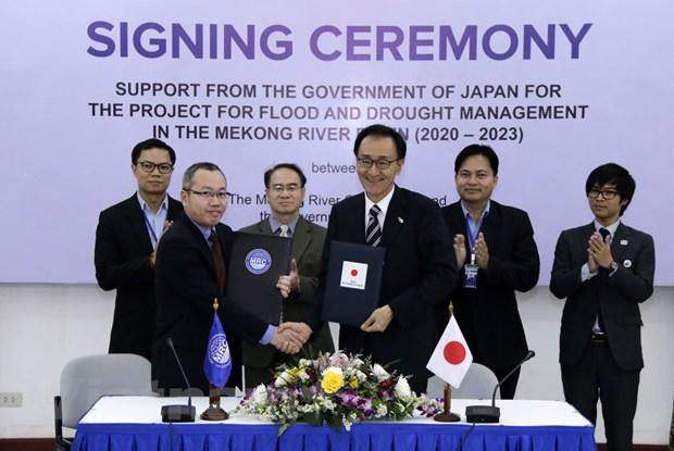 Đại sứ Nhật Bản Keizo Takewaka (phải), cùng ông An Pich Hatda, Giám đốc điều hành MRC, trao đổi biên bản ký kết tại lễ ký. Ảnh: Phạm Kiên/Vietnam+