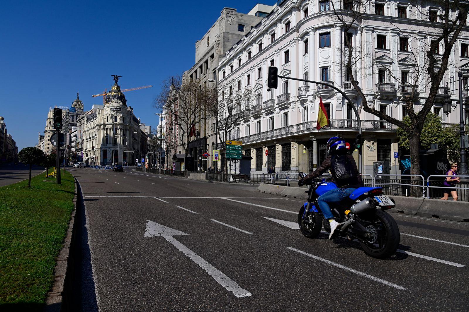 Cảnh vắng vẻ tại một con phố ở Madrid, Tây Ban Nha ngày 14/3/2020, sau khi chính quyền nước này ban bố tình trạng khẩn cấp quốc gia do dịch COVID-19. Ảnh: AFP/TTXVN