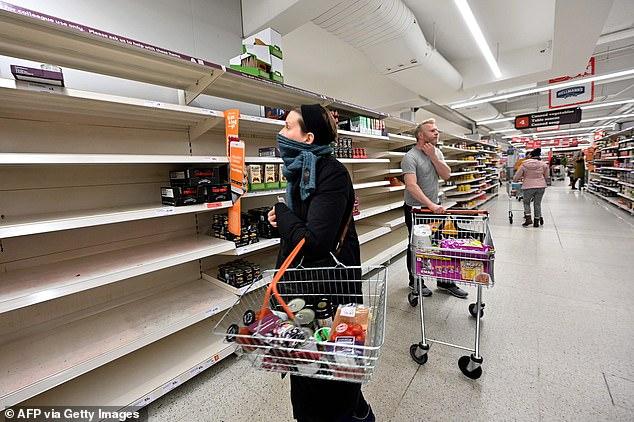 Kệ hàng trống tại một siêu thị ở thủ đô London do người tiêu dùng vơ hàng tích trữ vì lo thiếu nguồn cung giữa mùa dịch COVID-19. Ảnh: Daily Mail