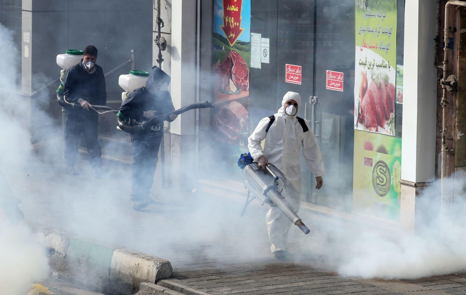 Phun thuốc khử trùng nhằm ngăn chặn sự lây lan của dịch COVID-19 tại Tehran, Iran ngày 13-3-2020. Ảnh: AFP/TTXVN