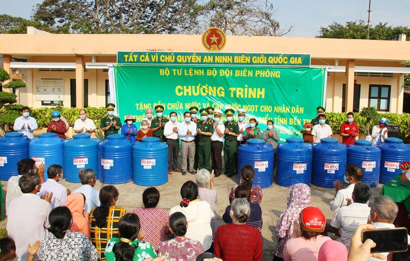 Bộ đội Biên phòng tặng bồn nước cho người dân các xã biển huyện Ba Tri.