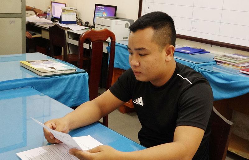 Ngô Hồng Khanh tại cơ quan công an.