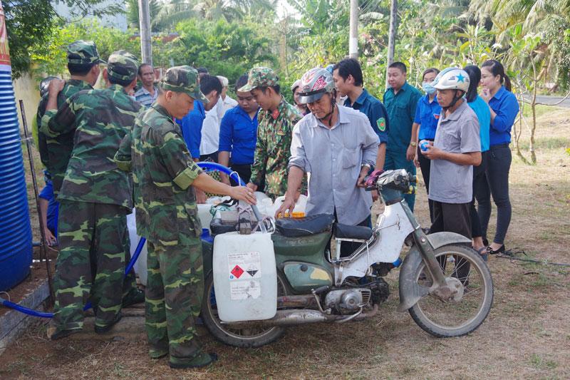 Cán bộ đoàn viên thanh niên và cán bộ, chiến sĩ đơn vị đã hỗ trợ lấy nước cho bà con