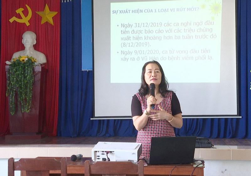 Bác sĩ Phạm Thị Xuân Yến - Phó Giám đốc Trung tâm Kiểm soát bệnh tật Bến Tre truyền thông các nội dung.