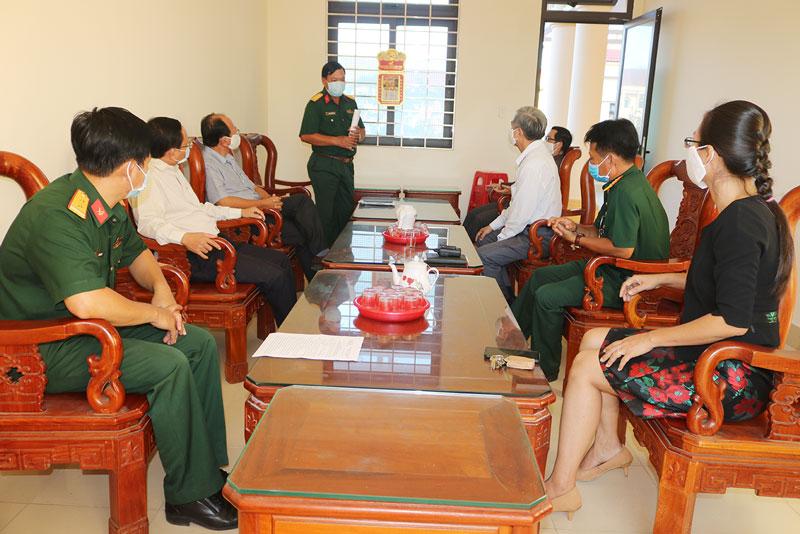 Đoàn thăm cán bộ, chiến sĩ, y bác sĩ làm nhiệm vụ chống dịch tại Trường Quân sự tỉnh.