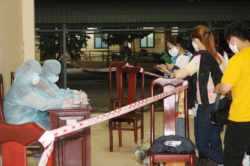 Công dân được tiếp nhận và cách ly y tế tập trung tại Trường Quân sự tỉnh.