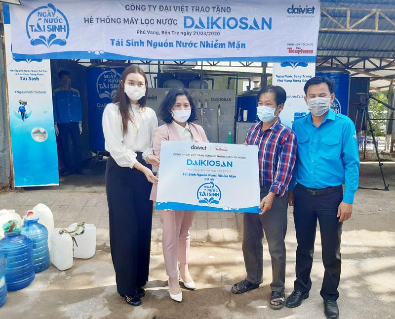 Bàn giao hệ thống máy lọc nước cho người dân xã Phú Vang.