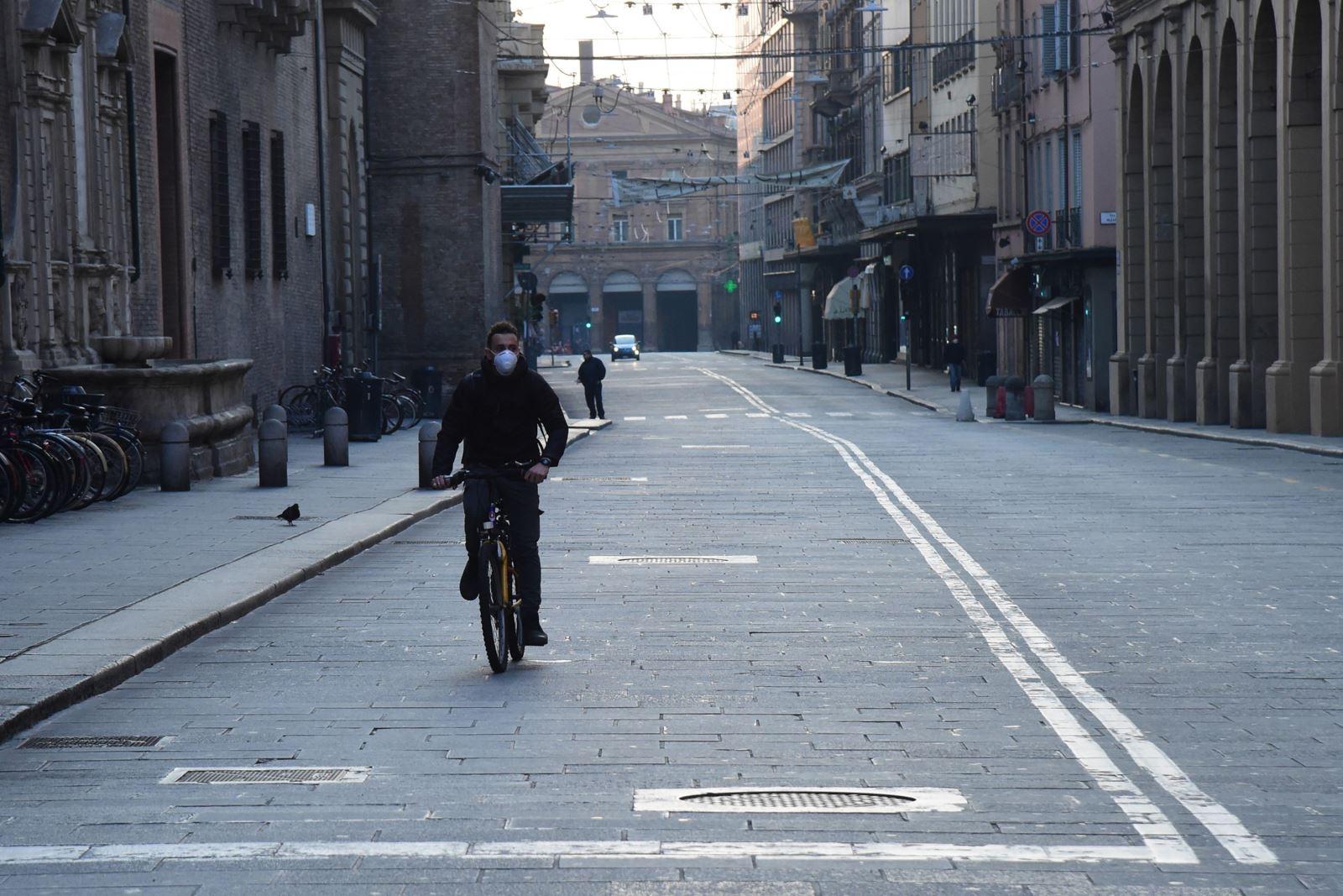 Người dân đeo khẩu trang để phòng tránh lây nhiễm COVID-19 tại Bologna, Italy, ngày 21-3-2020. Ảnh: THX/ TTXVN