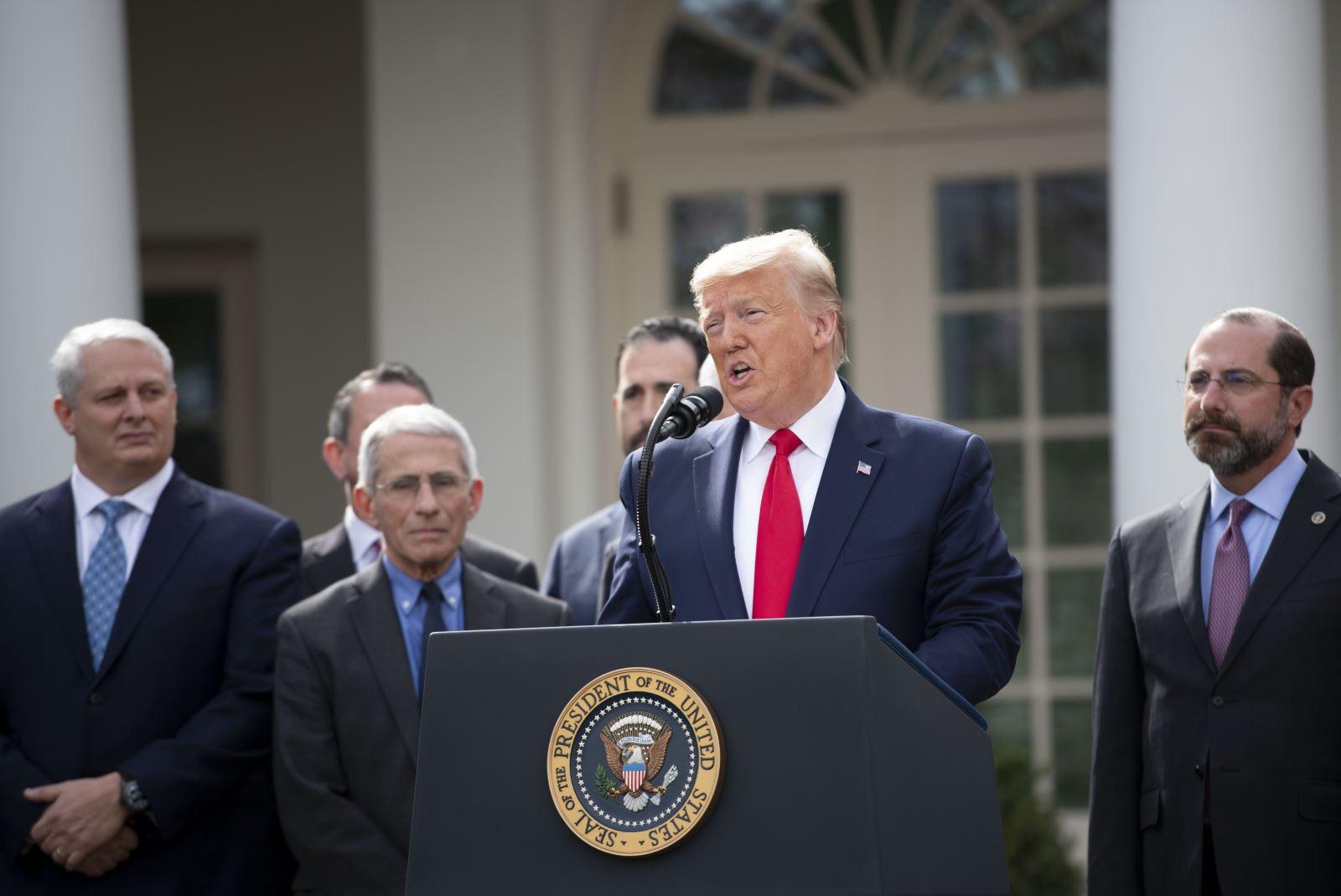 Tổng thống Mỹ Donald Trump (phía trước) trong cuộc họp báo tại Nhà Trắng ngày 13-3-2020. Ảnh: THX/ TTXVN