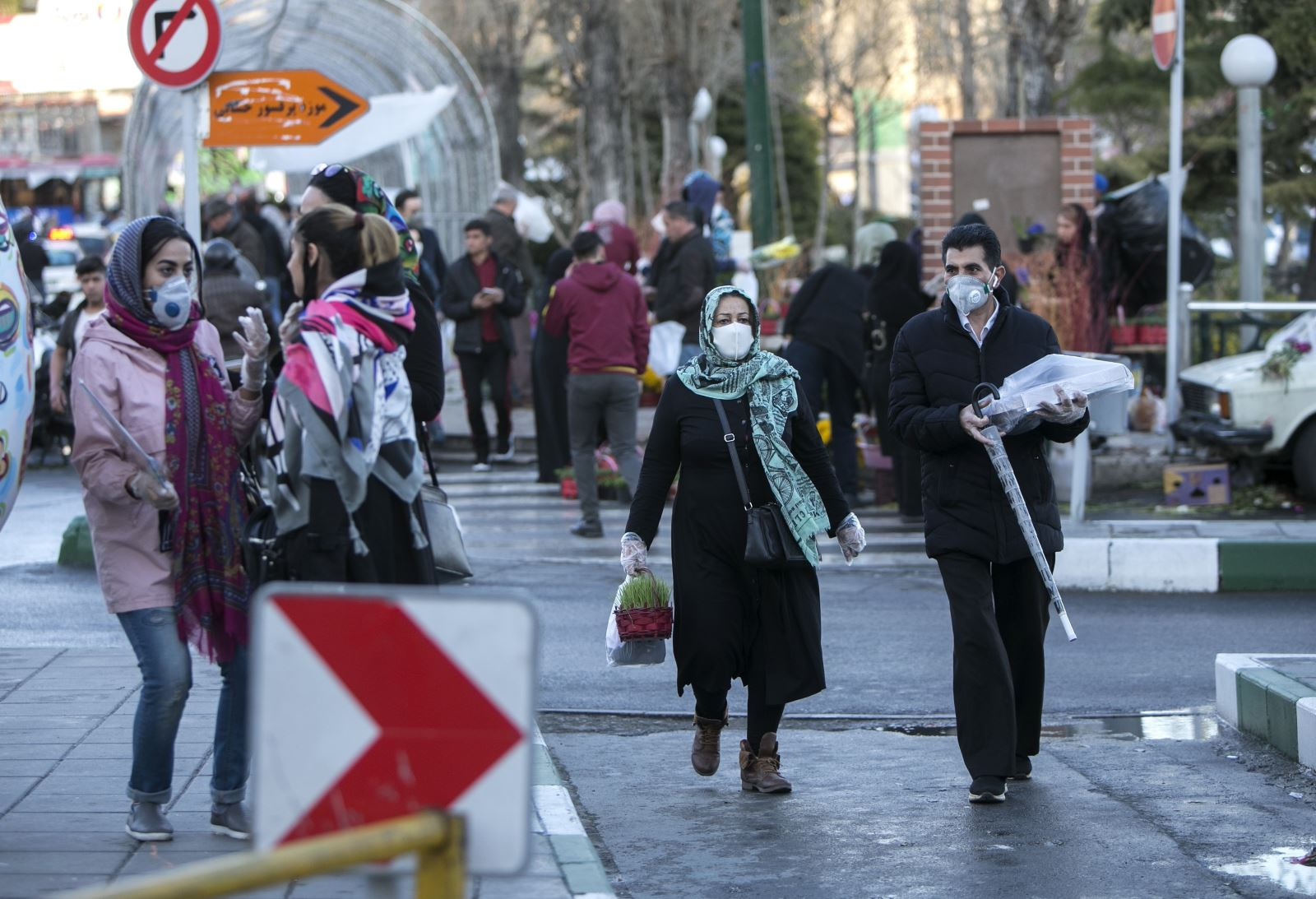 Người dân đeo khẩu trang để phòng tránh lây nhiễm COVID-19 tại Tehran, Iran, ngày 19-3-2020. Ảnh: THX/ TTXVN