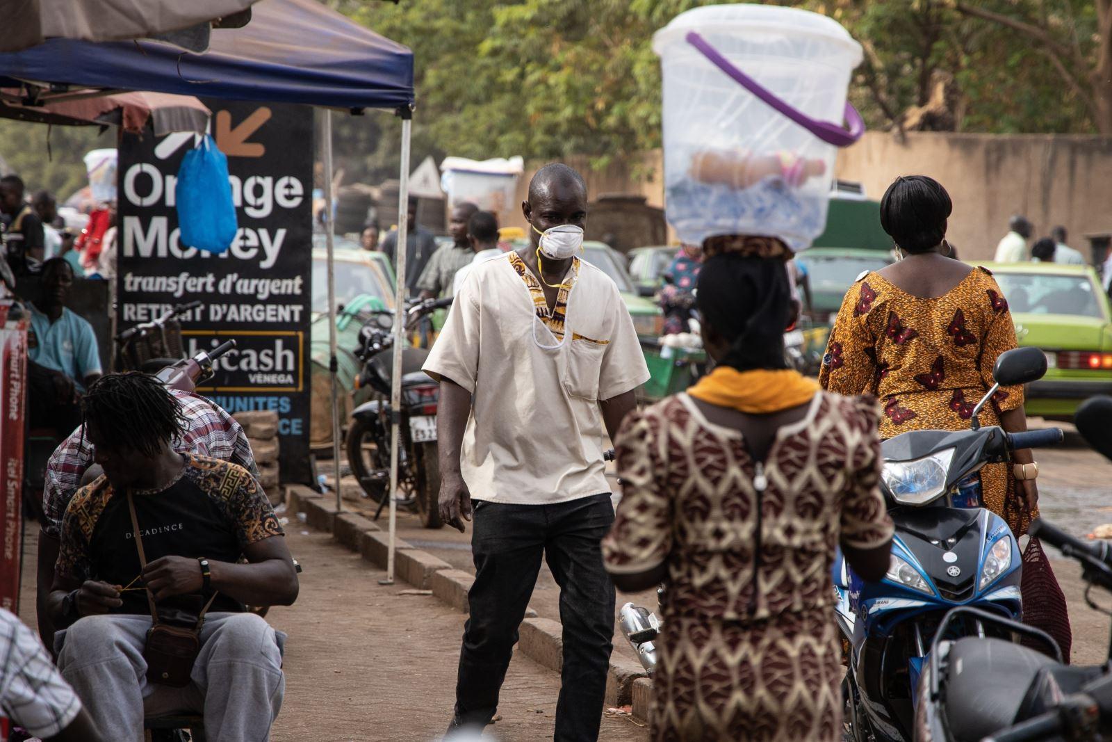 Người dân đeo khẩu trang phòng lây nhiễm COVID-19 tại Ouagadougou, Burkina Faso, ngày 16-3-2020. Ảnh: AFP/TTXVN