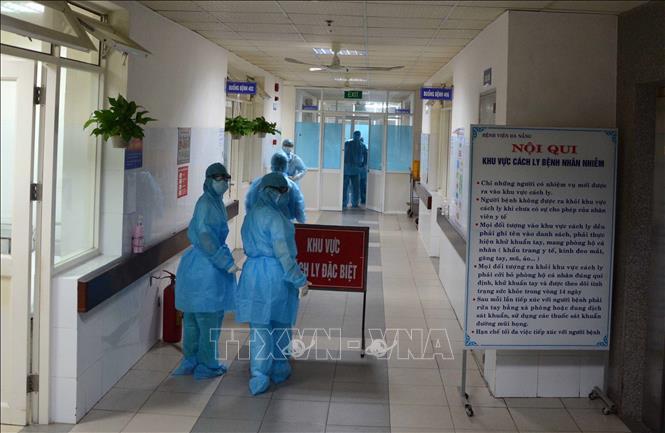 Các cơ sở y tế đang tập trung điều trị cho các bệnh nhân mắc COVID-19. Ảnh: TTXVN
