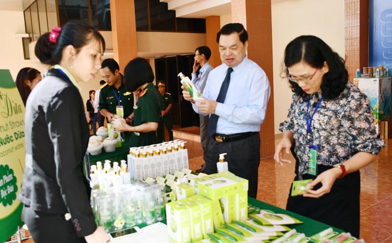 Nhiều sản phẩm từ dừa được trưng bày tại các hội chợ triển lãm trong và ngoài tỉnh. Ảnh: H.Hiệp