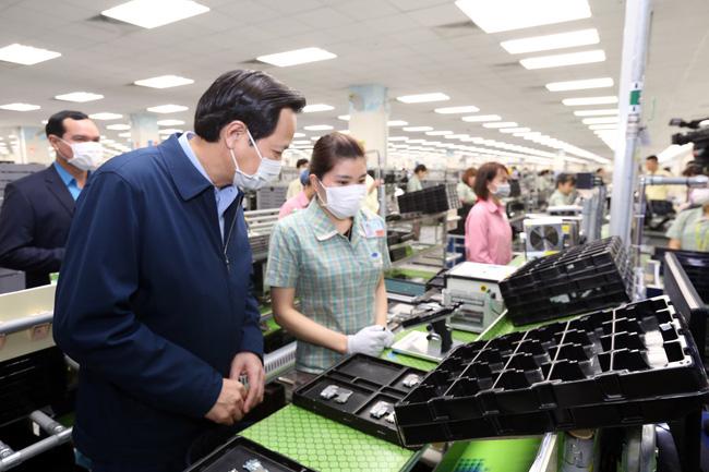 Bộ trưởng Đào Ngọc Dung kiểm tra công tác phòng chống dịch trong các doanh nghiệp tại Thái Nguyên. Ảnh: Báo Dân sinh