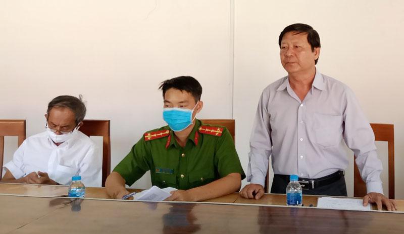 Ông Võ Hồng Khanh - Phó giám đốc Sở Y tế tỉnh phát biểu tại xã Vĩnh Bình.