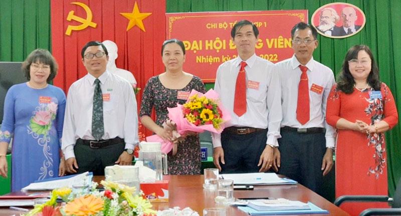 Phó bí thư Đảng ủy Khối Đỗ Thị Mai (bìa phải) đến dự và chúc mừng đại hội chi bộ trực thuộc đảng bộ cơ sở Ngân hàng TMCP Công Thương Việt Nam Chi nhánh Bến Tre. Ảnh: Đỗ Mai
