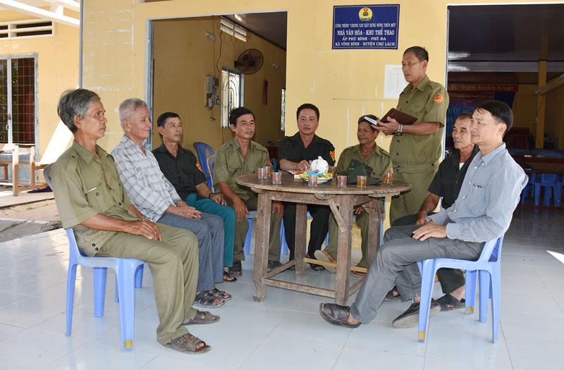 Đội dân phòng ấp Phú Bình họp triển khai công tác giữ gìn an ninh trật tự trên địa bàn. Ảnh: Q. Duy