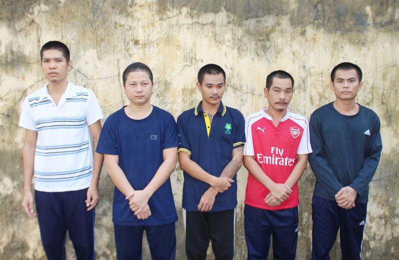 Các bị can (từ trái qua): Trần Văn Nhựt, Lê Văn Thảo, Đoàn Văn Phước, Nguyễn Văn Trung, Nguyễn Thanh Tùng