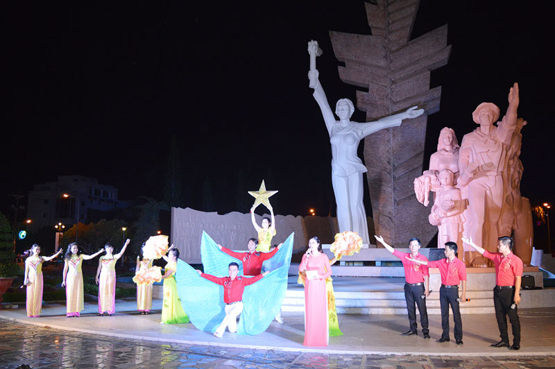 Một số sự kiện văn hóa nghệ thuật được tổ chức dưới chân tượng đài Đồng Khởi phục vụ đông đảo quần chúng nhân dân. Ảnh: A.Nguyệt