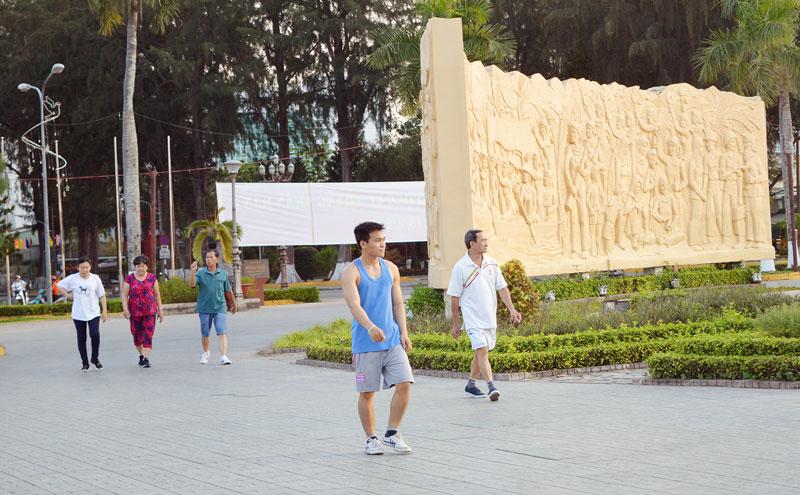 Người dân chia thành nhóm nhỏ tập luyện thể dục tại các công viên. Ảnh: Ánh Nguyệt